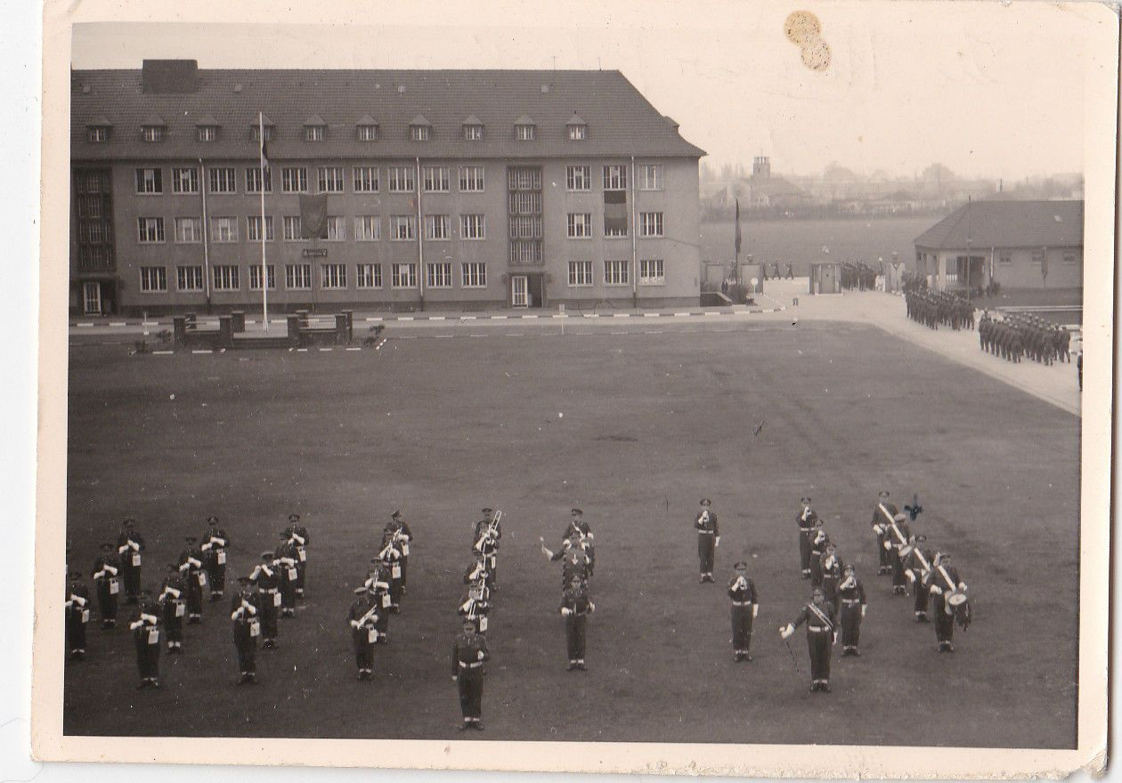 OLD PHOTO MILITARY BAND SOLDIERS UNIFORM PARADE BARRACKS BUILDINGS CL820 | eBay