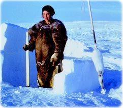 Construção de gelo de um habitante nativo do Ártico, Eskimo.