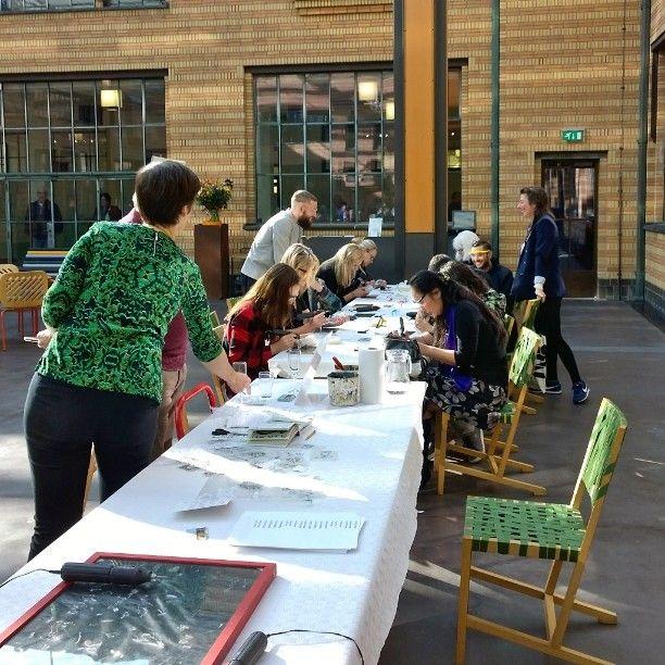 Atelier de Pleijsterplaats Den Haag heeft afgelopen zondag een gezellige workshop glas graveren in het Gemeentemuseum Den Haag verzorgd. #gemeentemuseum #denhaag #glas #graveren# workshop #zuidholland#uitje #museum #