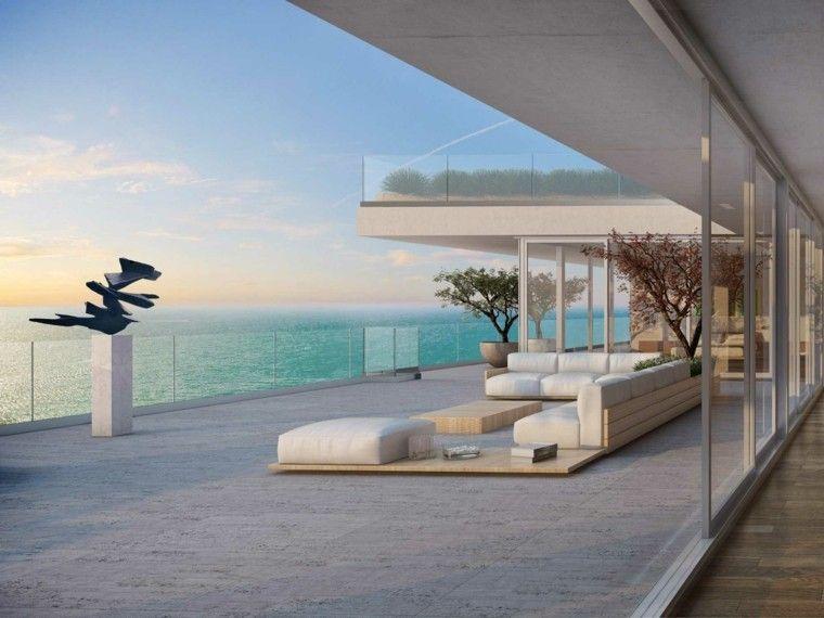 Terraza moderna con muebles de madera y cojines grandes for Terrazas de madera modernas
