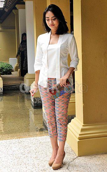 Ayudia Tampil Simple Dibalut Kebaya Putih Celana Bermotif Heels