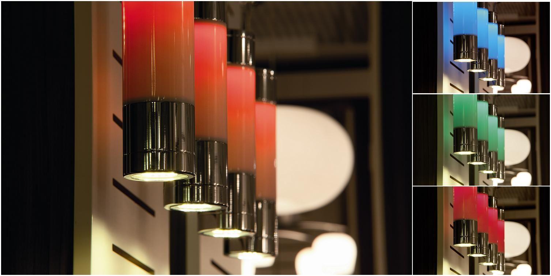 Esta lámpara viene con un cambiador de color integrado. Los colores y los diferentes ambientes de iluminación se puede ajustar cómodamente con un control remoto que se incluye con la lámpara. Genial no?