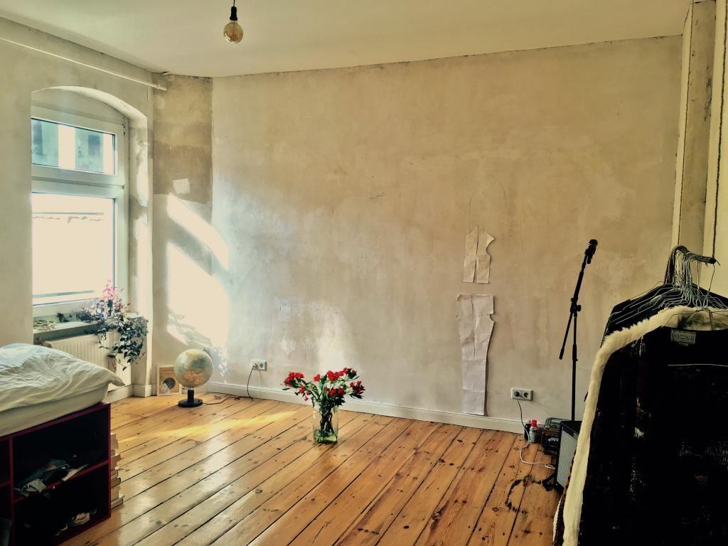 gemutliches zuhause dielenboden, rote blumen bringen farbe in die altbauwohnung mit schönem, Design ideen