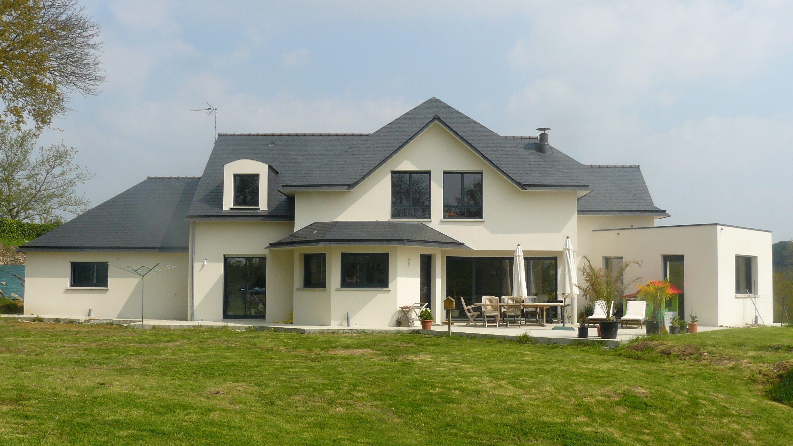Grande maison contemporaine. Couverture et charpente très travaillée ...