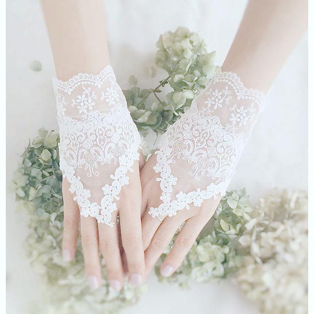 #フィンガーレスグローブ 2個目。 こちらの方がどんなドレスにもネイルにも合わせやすいイメージです。 スイッチ入ってるうちにもっと作りたい😁 #ウェディング#ブライダル#プレ花嫁#ウェディングアイテム#ドレス試着 #ハンドメイド
