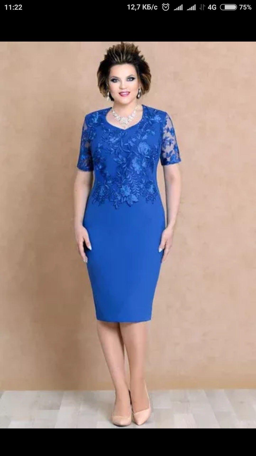 Vestido de cerimónia azul acinturado, com detalhes de flores