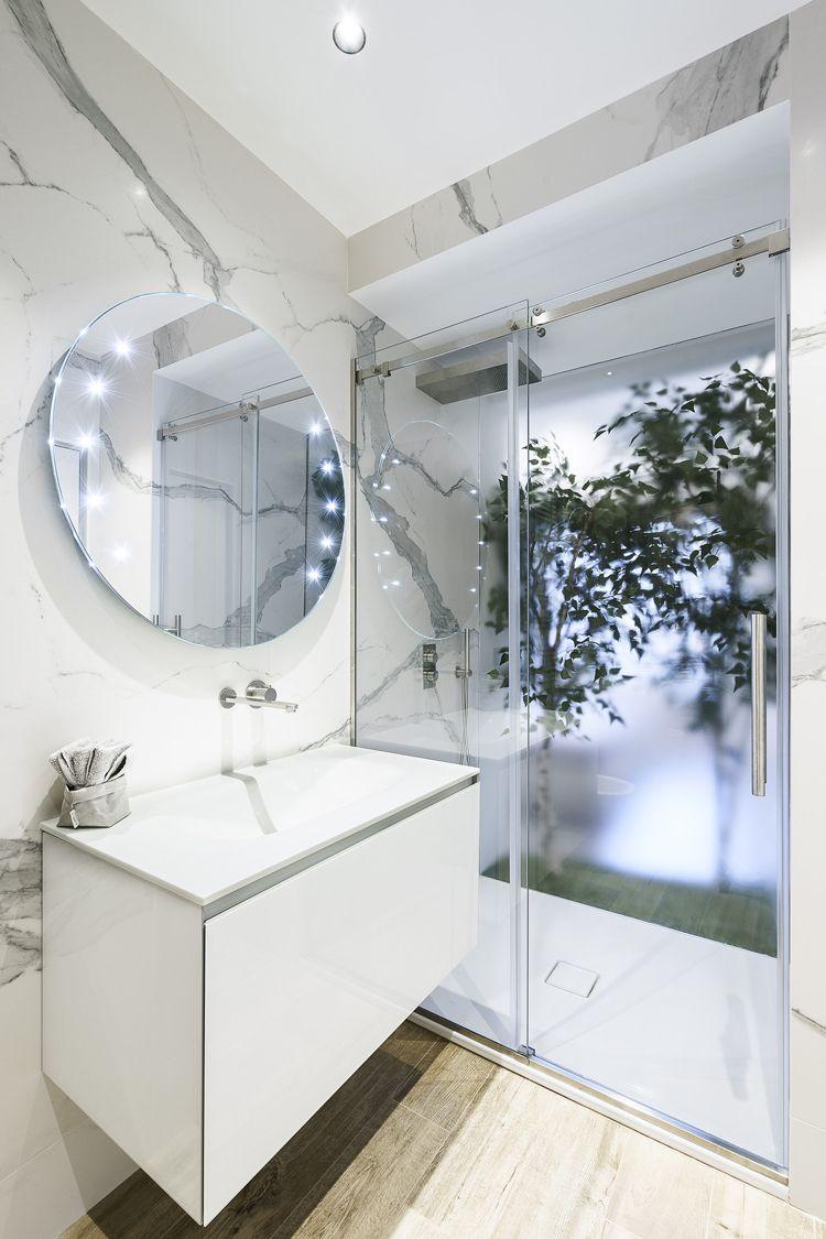 badezimmer in weiß und marmor, mit holzboden | badezimmer