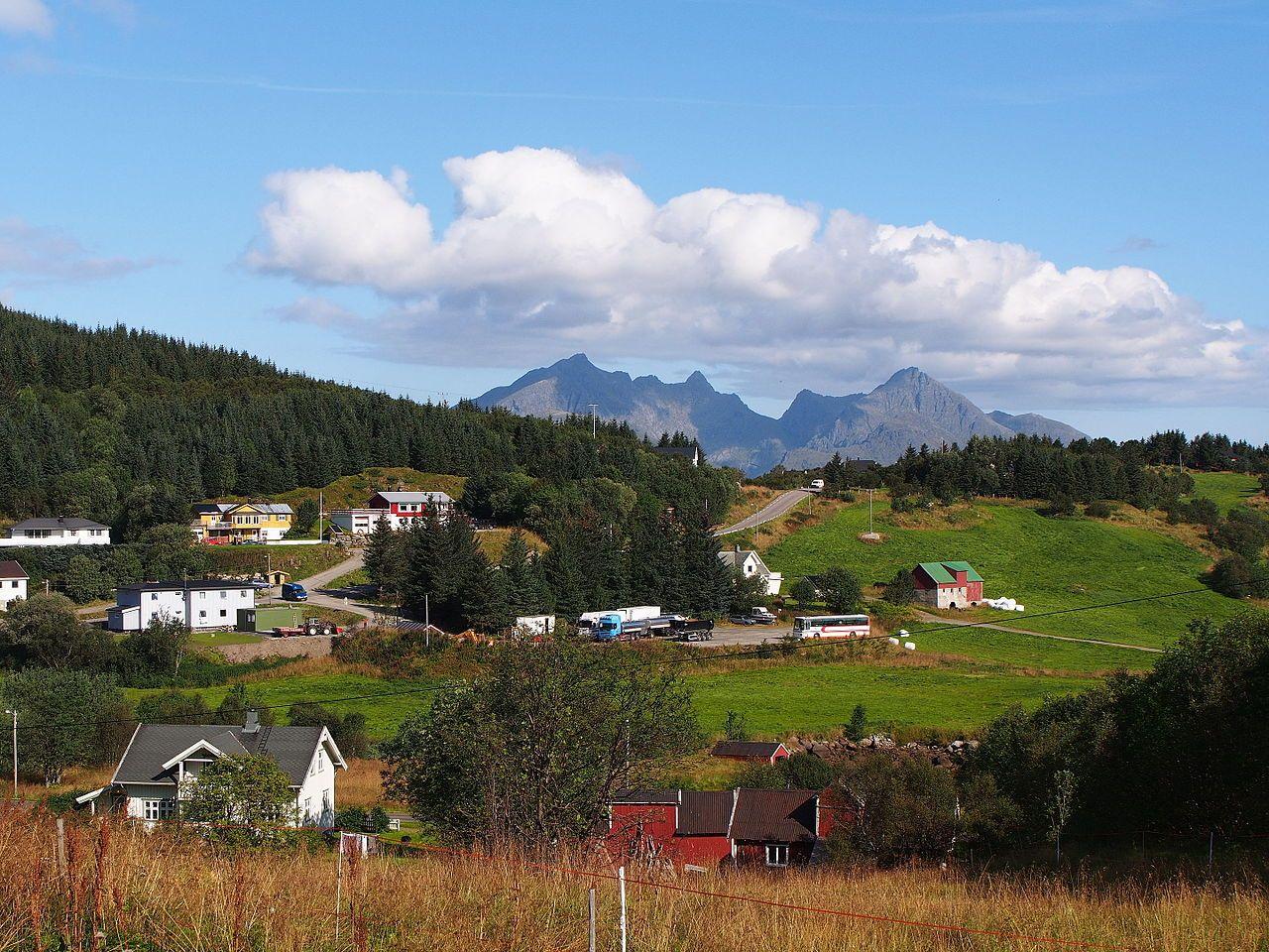 Paisagem norueguesa, vendo-se a Rodovia 818, para Ballstad, no município de Vestvågøy, arquipélago de Lofoten, condado de Nordland, Noruega.  Fotografia: Rheins.