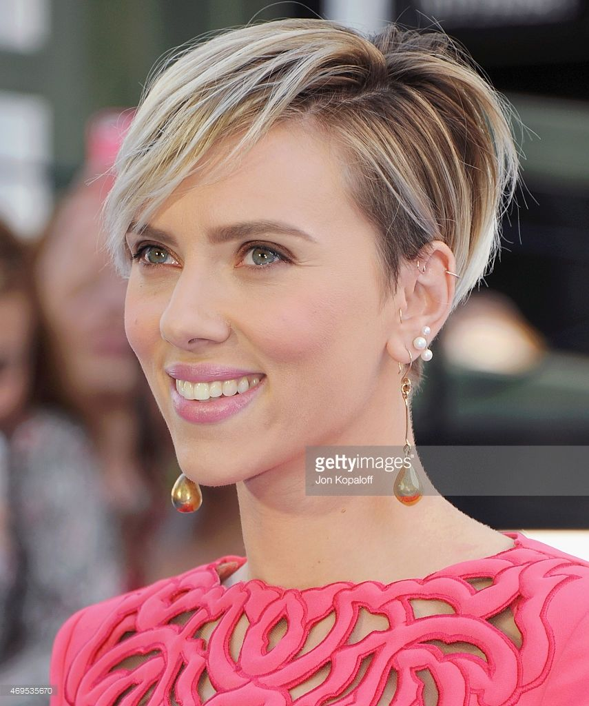 Actress Scarlett Johansson arrives at the 2015 MTV