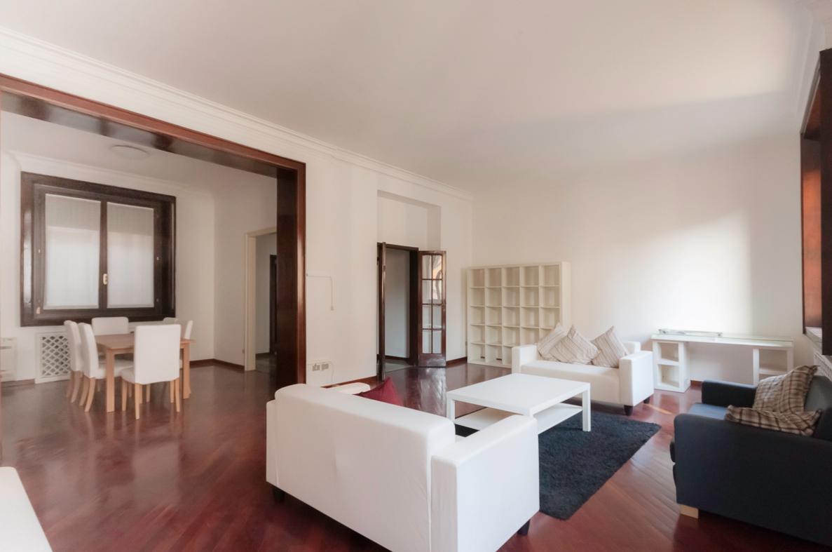 Al #prezzo di 1.980.000 €, nel centro di #Milano, proponiamo in #vendita questo #elegante #appartamento in un palazzo d'epoca.