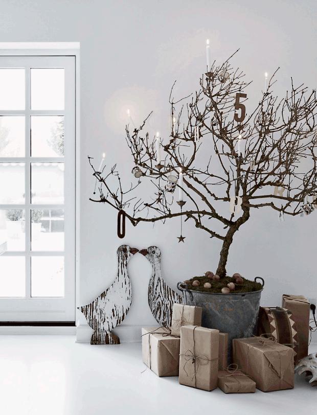 árbol de navidad de ramas secas, paquetes en kraft : via MIBLOG #Navidad #Regalos #Ideas