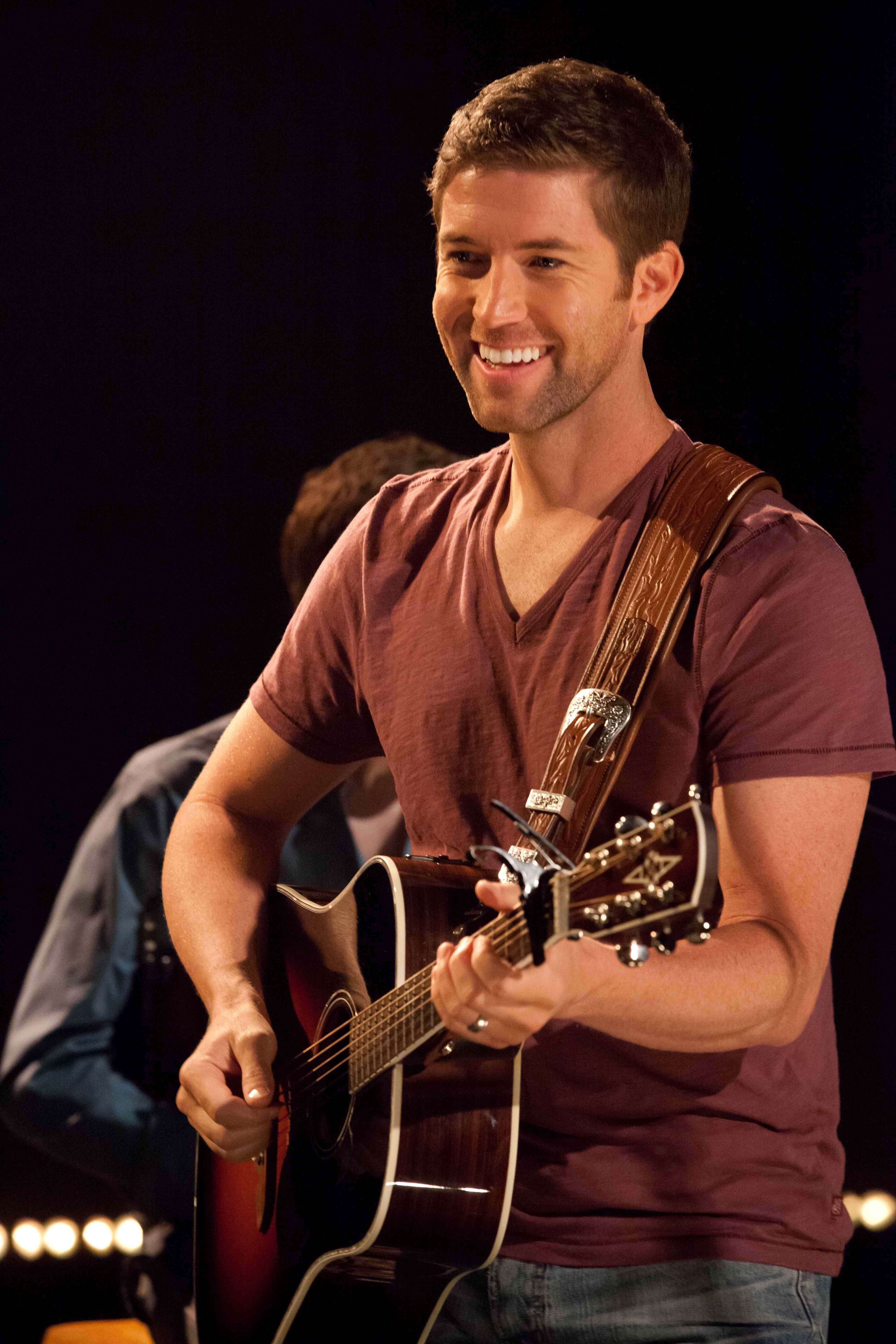 Josh Turner S Exclusive Yahoo Performance Offers Several Rounds With Punching Bag Josh Turner Country Music Country Music Singers