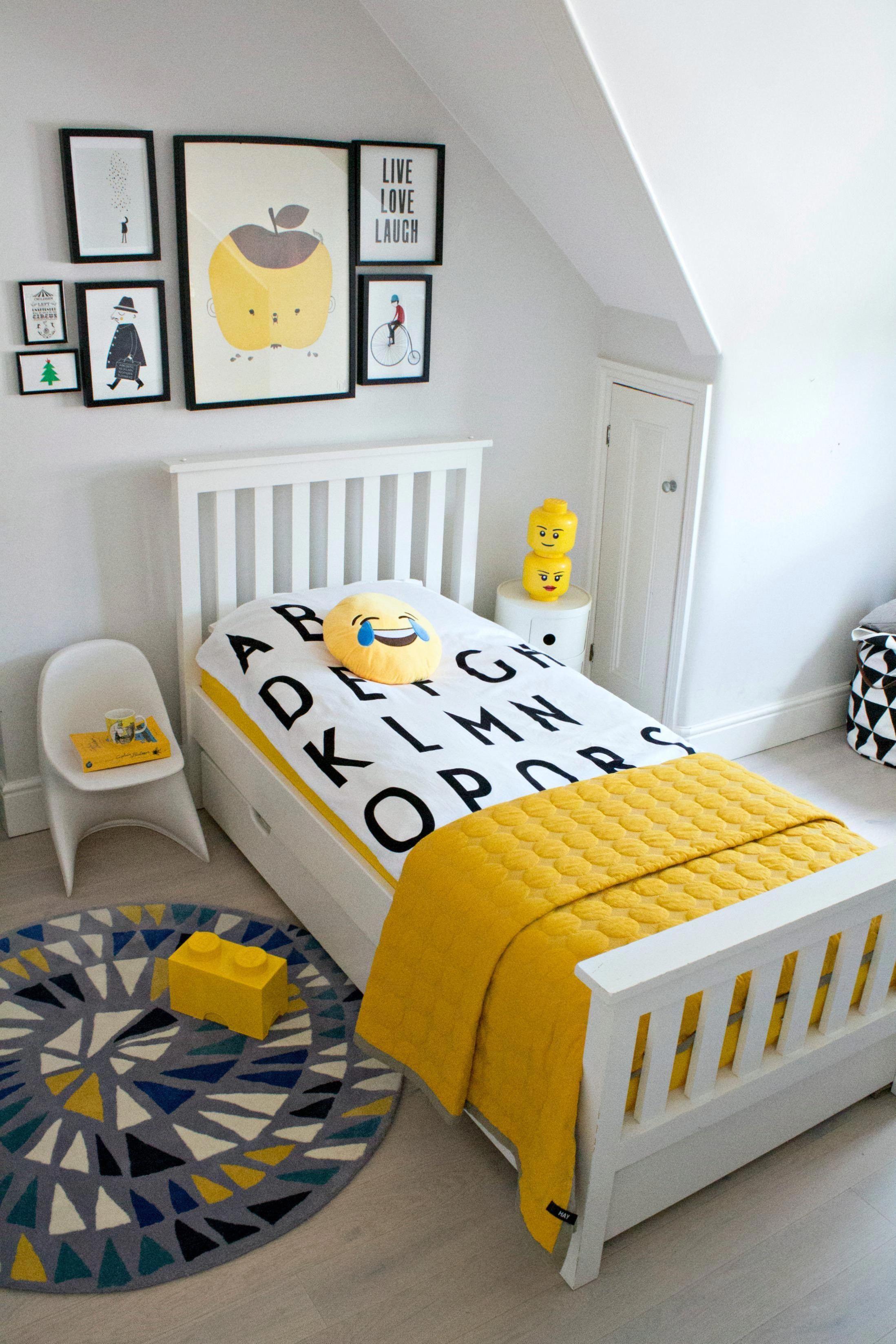 A Boy S Bedroom With Pops Of Yellow Kidsroomideas Mit Bildern