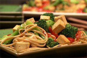 Vous n'avez jamais cuisiné de tofu? Il y a un début à tout! Cette recette ne s'adresse pas qu'aux végétariens; elle plaira à tous ceux qui aiment les légumes sautés, les nouilles… et un temps de préparation de seulement 20 minutes!