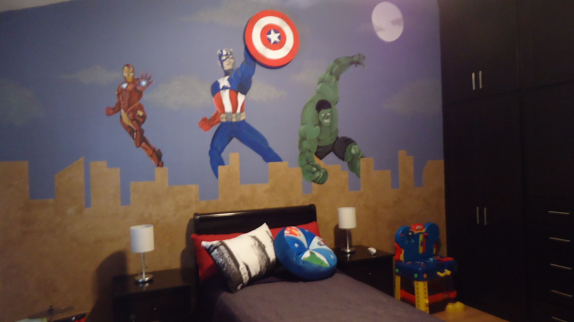 Habitaci n tem tico avengers para ni o mural pintado a for Decoracion de interiores recamaras para ninos