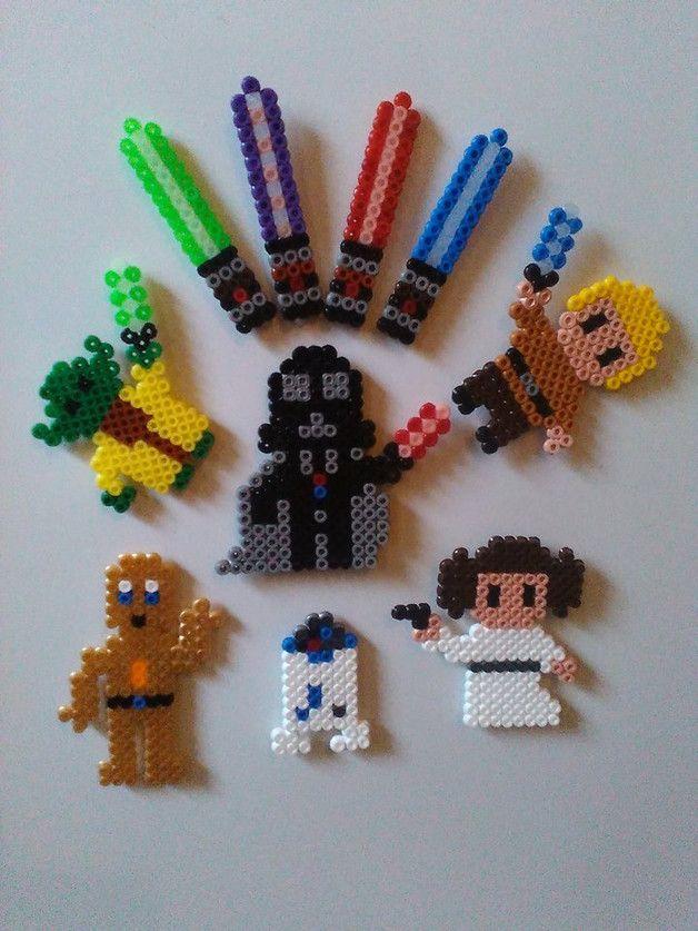 """10 Kühlschrankmagnete mit Star Wars Motiven. De Luxe!!!! 6 Figuren und 4 """"Laserschwerter"""" Handgefertigt aus Bügelperlen und mit einem recht starken Magneten versehen...der hält ein paar Blätter..."""