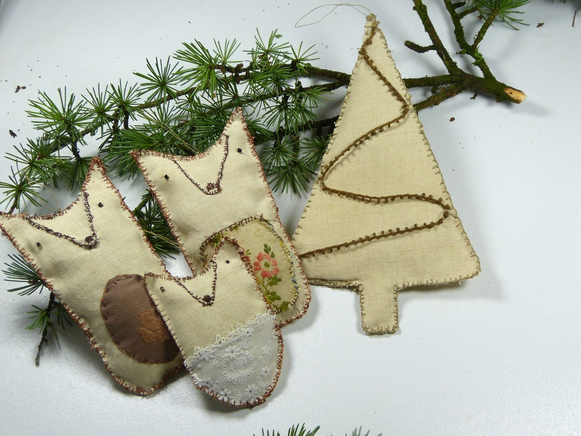 """Mon kit nostalgique numéro 8:""""Spécial Noël,enveloppe de lin contenant trois renards précieux et un sapin de Noël"""" : Accessoires de maison par a-bouche-decousue"""