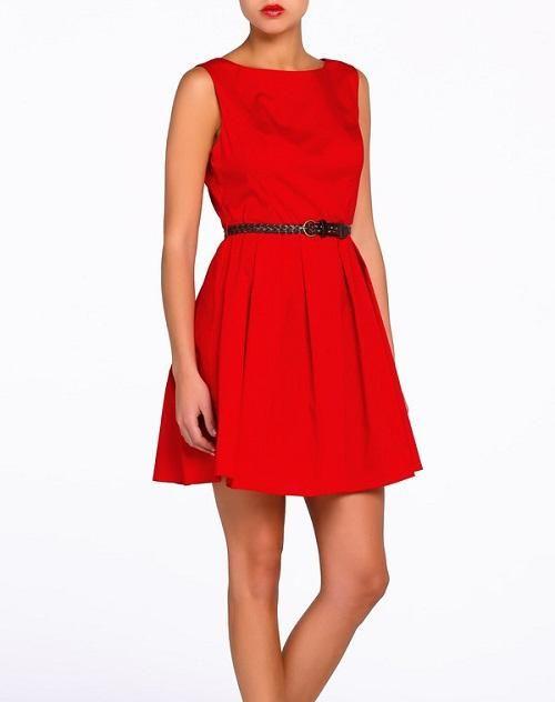 Vestido corto casual. Color rojo, escote redondo, sin mangas.