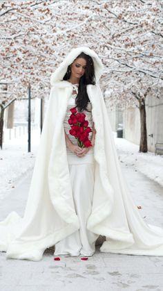 Prinzessin Bridal Cape 52/96 Zoll Elfenbein / Elfenbein Satin mit Pelzbesatz Hochzeit Mantel Handmade in USA   – Dresses