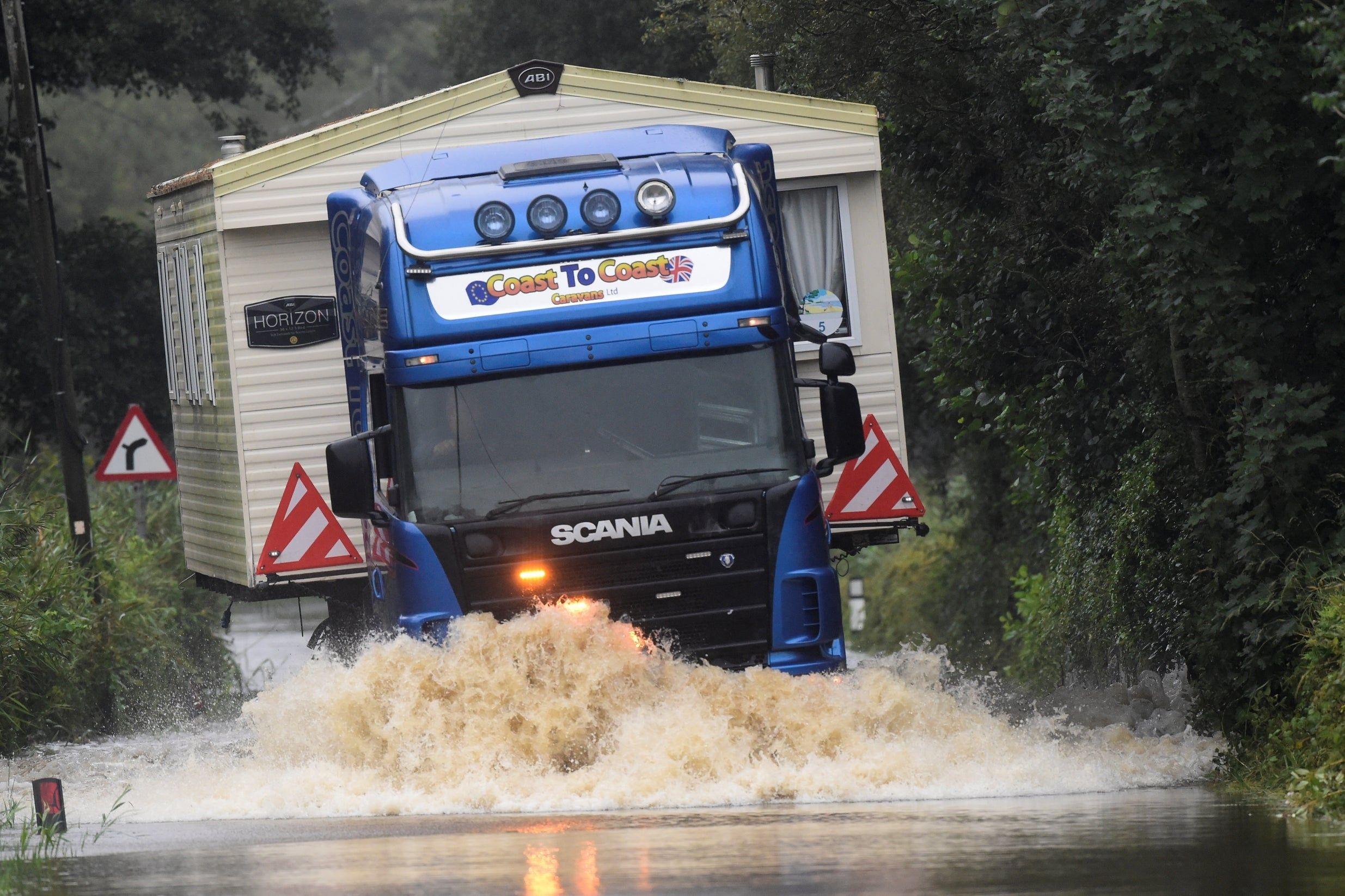 توقعات الطقس في المملكة المتحدة قد تكون عطلة البنوك هي الأبرد على الإطلاق مع توقع المزيد من الفيضانات والأمطار ا Olivia Baker Popcorn Maker Kitchen Appliances