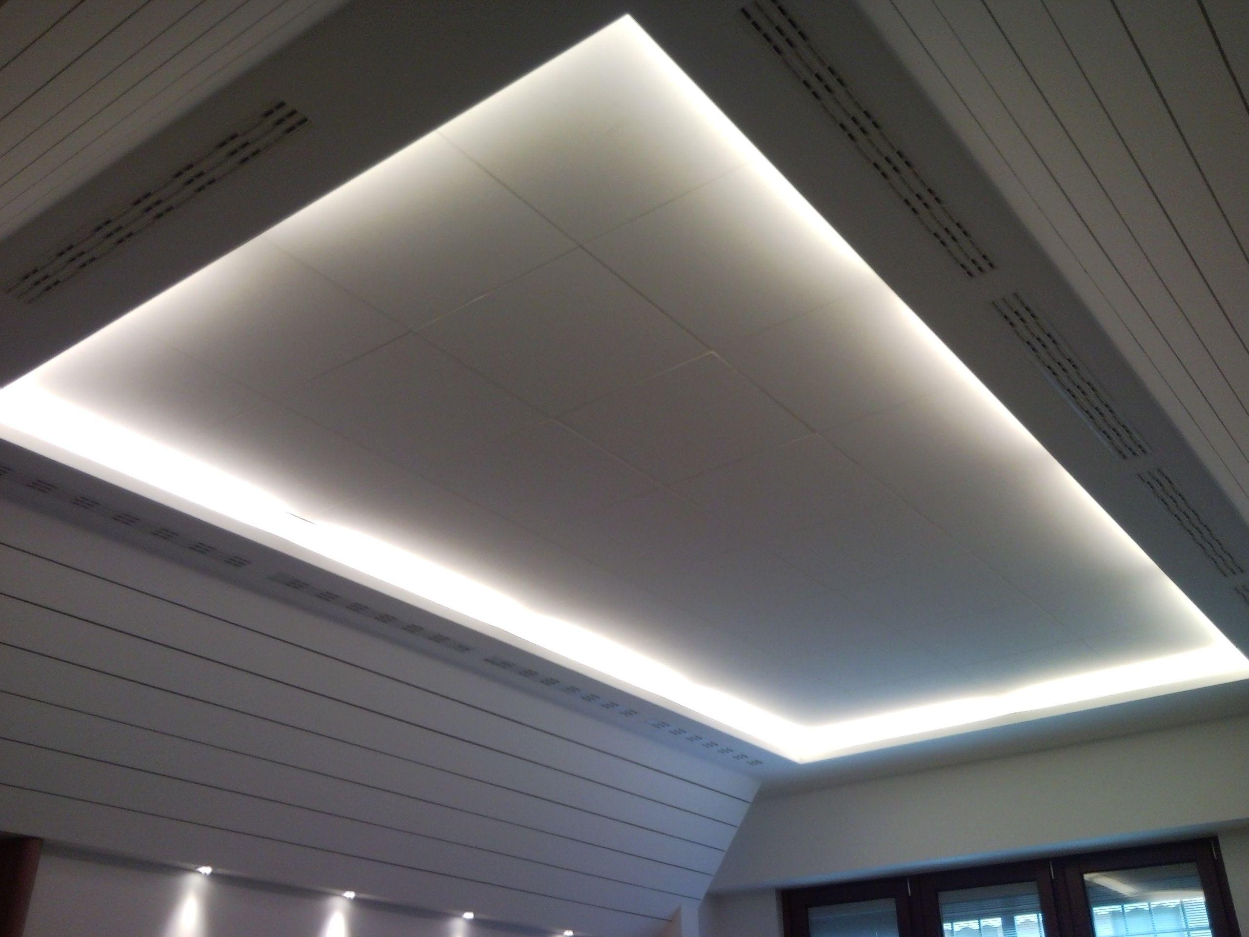 Esempio di controsoffitto in sala riunioni con gole luminose. Realizzazione di doghe fessurate in cartongesso sulla parte spiovente.
