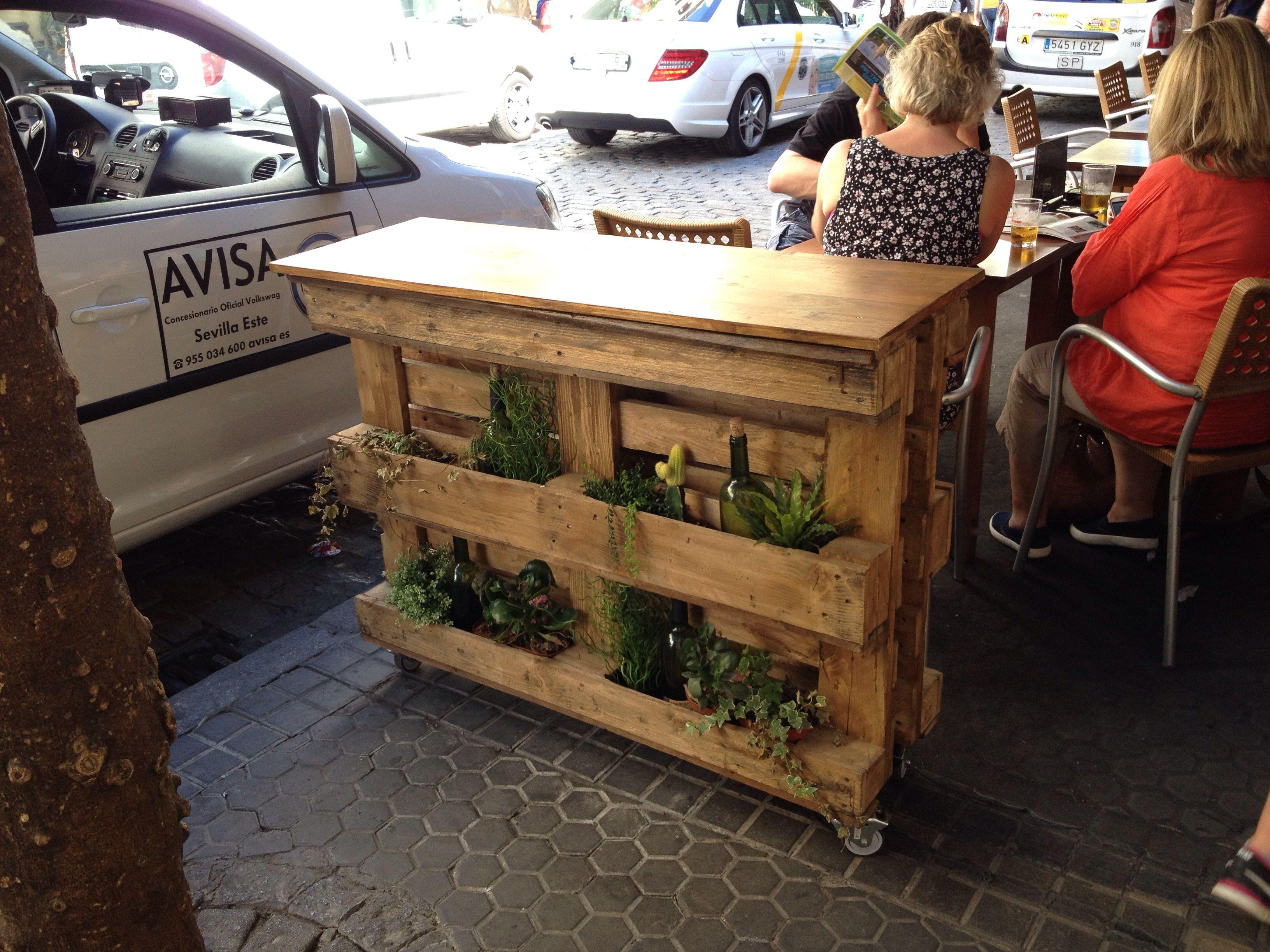 Separador macetero y mesa sencilla hecha con dos palets y - Maceteros con palets ...