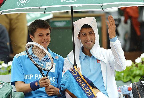 Watch Novak Djokovic Chats With A French Open Ball Boy During Rain Delay Novak Djokovic Tennis French Open Tennis