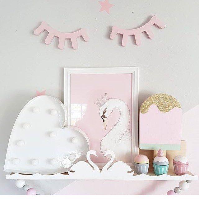 Nydelig bilde med mange Barneglede favoritter, Stor iskremlampe, svane poster, øyevipper og muffins  bilde fra @mamma_malla