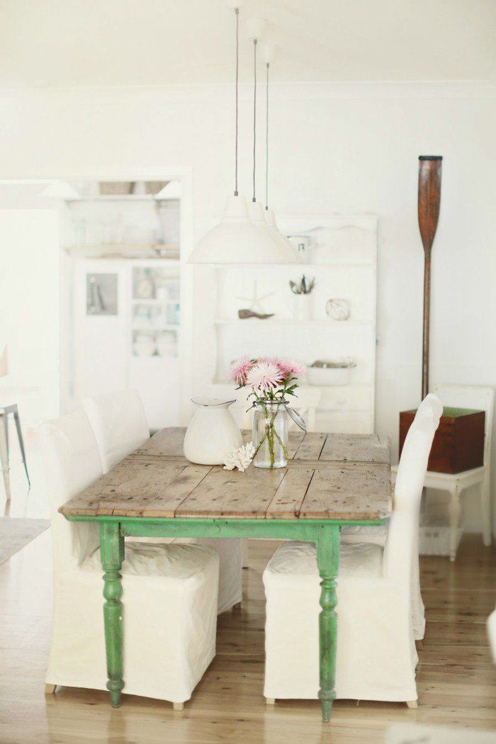 esszimmer einrichten landhausstil grüne akzente weiße stühle
