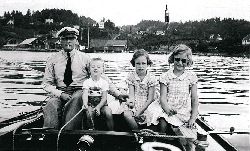GODE TIDER: Daværende kronprins Olav på båttur med sine tre barn i 1939, den siste fredssommeren; Harald, Ragnhild og Astrid. Foto: Aftenposten