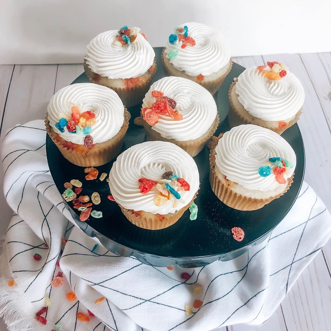 How many of you can live off of cereal?! 🙋🏼‍♀️ I know I could. Especially if it meant indulging in these fruity pebble cupcakes 😋 . . . . . . . . .