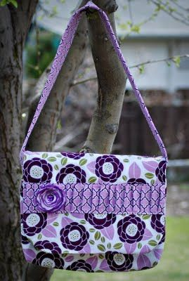 c4be24582ab9 Very feminine messenger bag - love the embellishments  ) The photo links to  a very basic tutorial (basic versus the proper detailed one she sells in  her ...