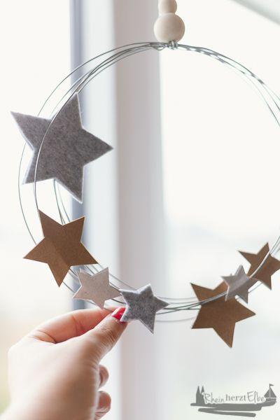 Wir feiern Weihnachten | DIY Idee Metallkranz mit Sternen - RheinHerztElbe.de #fensterdekoweihnachten