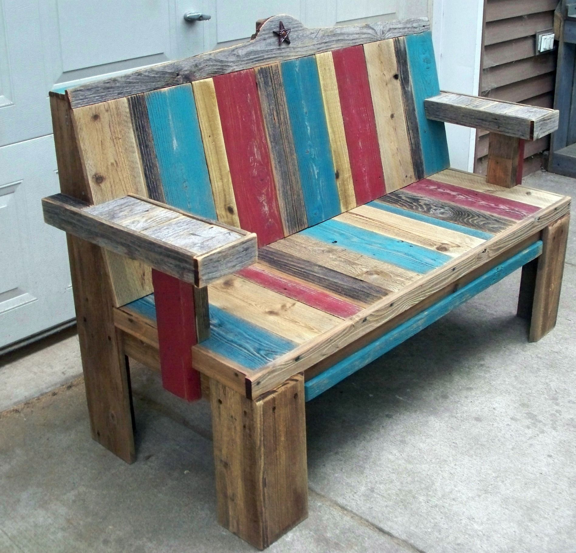 pallet wood bench i love the different colors of the wood sitz bank. Black Bedroom Furniture Sets. Home Design Ideas