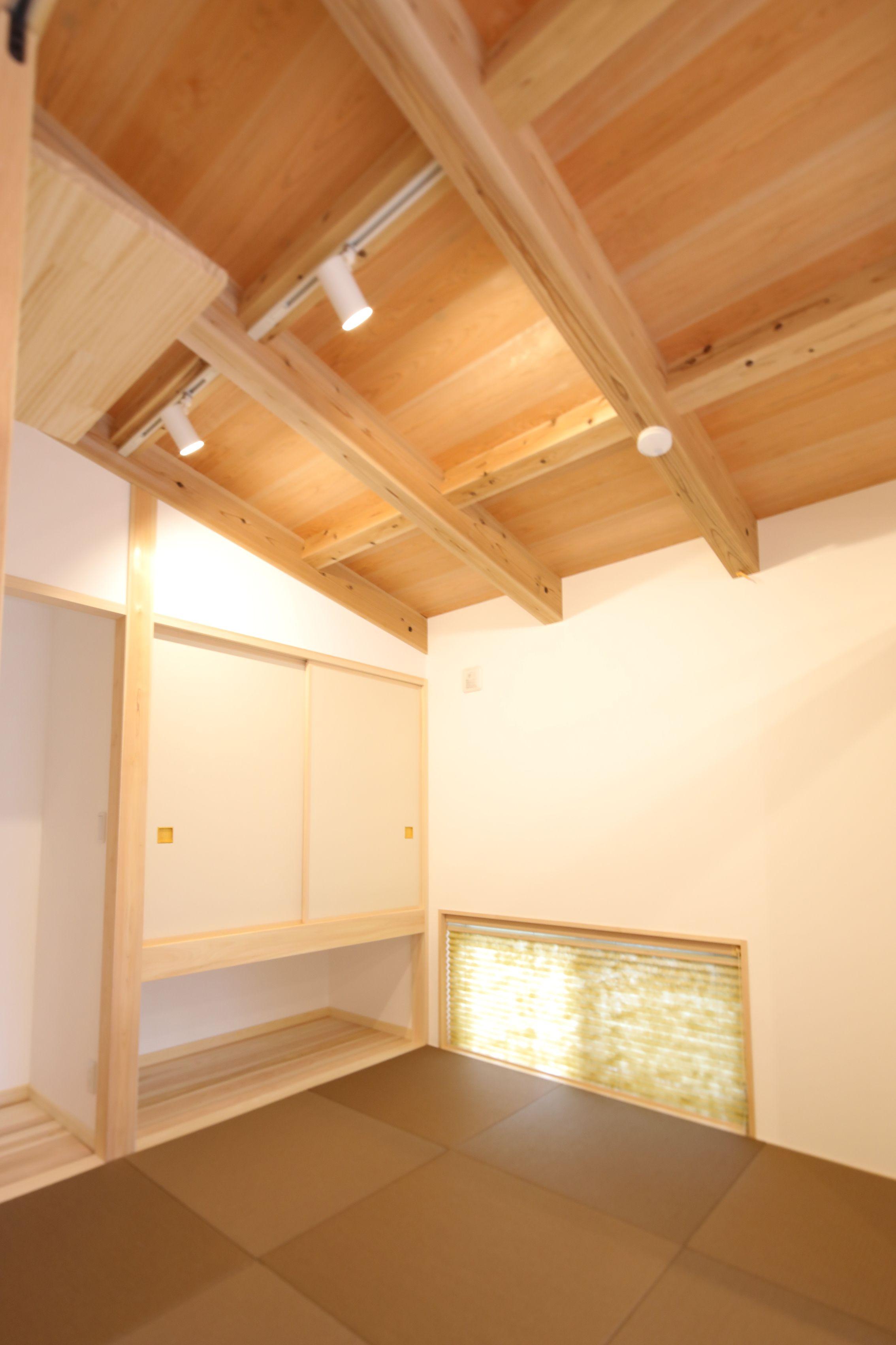 和室は勾配天井 無垢材の構造あらわし 和室 家 住宅
