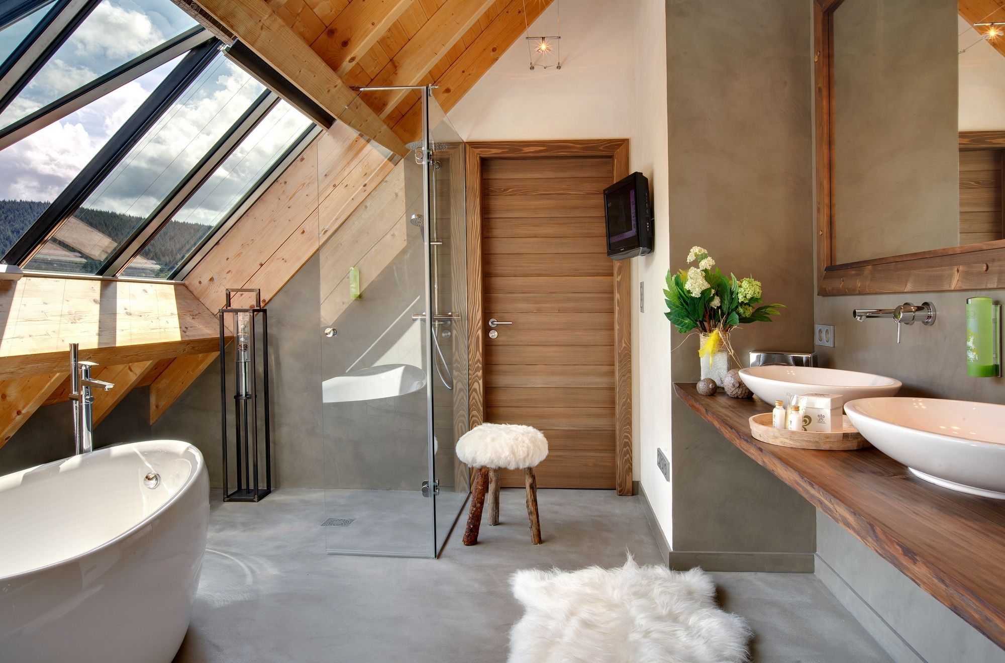 Les Suites Avec Jacuzzi Privatif De L Hotel Spa La Cheneaudiere Idee Combles Salle De Bain En Beton Salle De Bain Extraordinaire