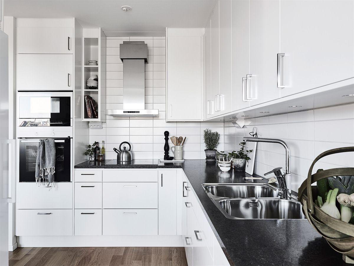 cocina con laminado color madera natural muebles en blanco brillo y bancada de silestone imitacin