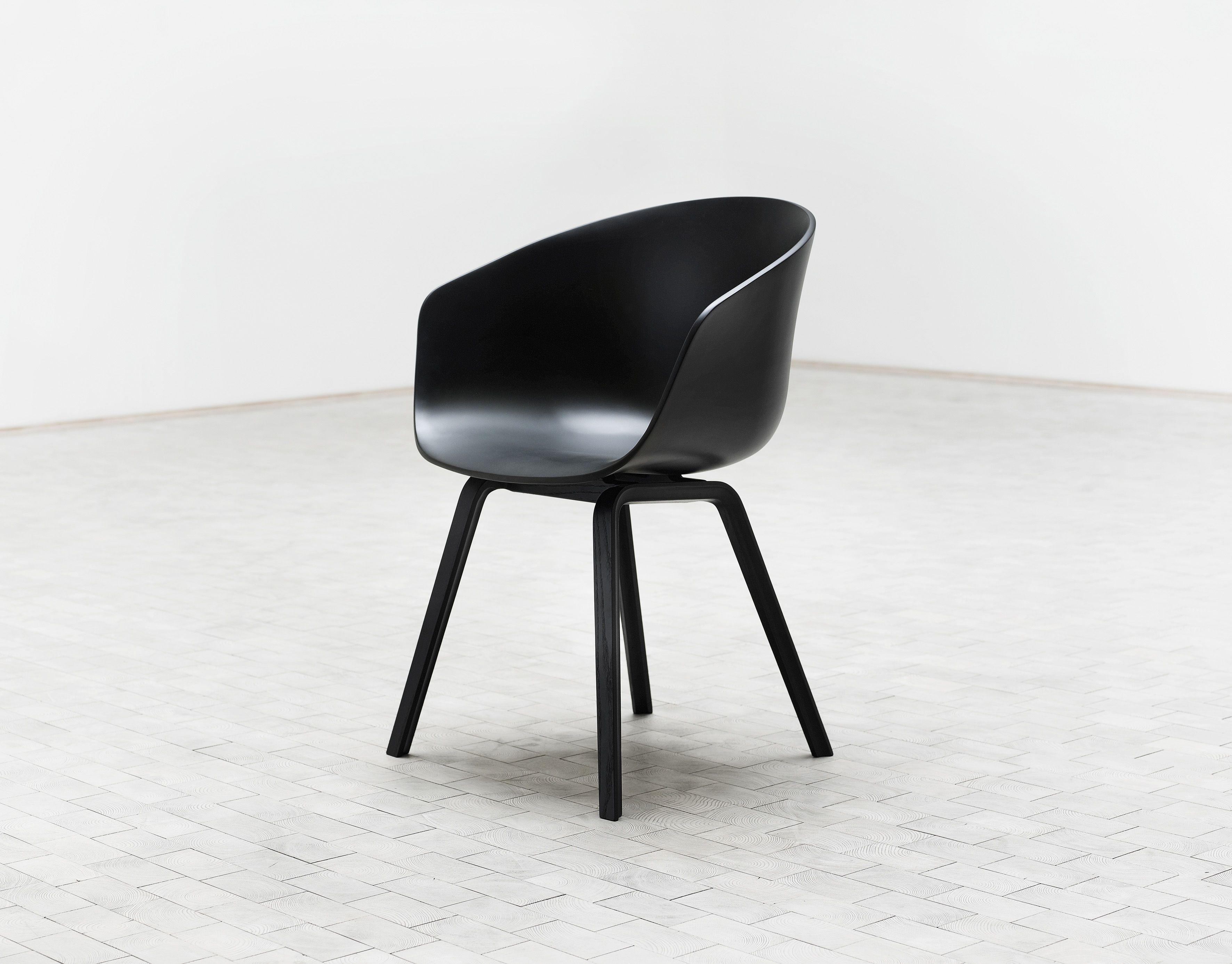 Fauteuil About a chair Coque plastique & pieds bois Blanc