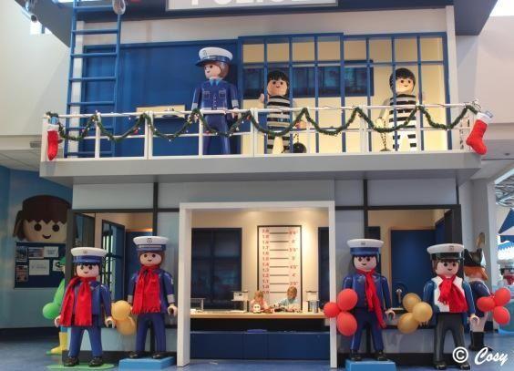 Playmobil géant - Photo de groupe n°16 - Les policiers et les prisonniers (FunPark, Malte)