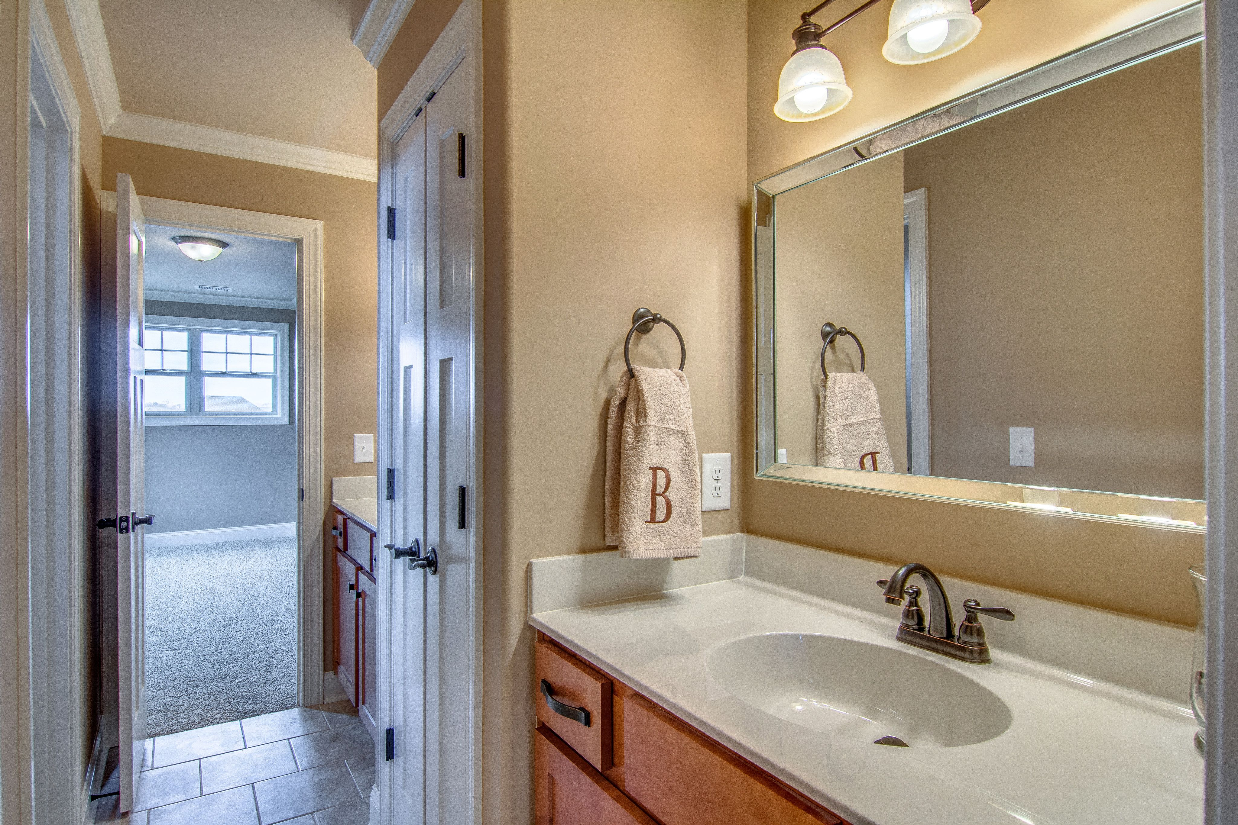 Jack jill bathroom in between bedroom 1 2 upstairs w for Jack and jill closet design
