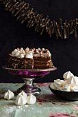 Schokoladentorte mit Baiser zu Weihnachten - StockFood
