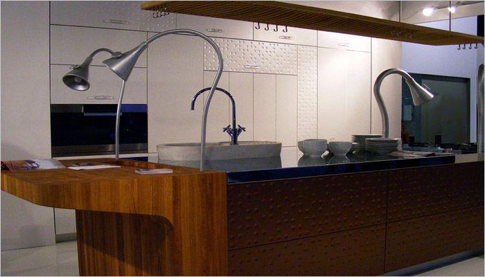 Inox Design Keukens : Keuken met richtbare dampkap inox hout en koper als materialen