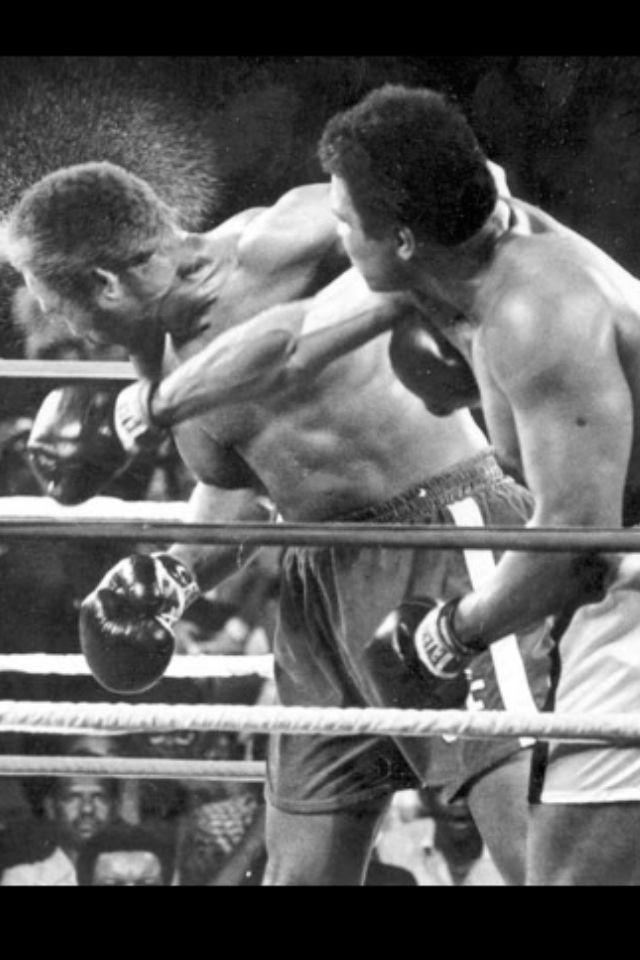 30 octubre de 1974. Kinshasa, Zaire. En una de las mas grandes peleas de toda la historia, Muhammad Ali conecta el golpe que fulmina a George Foreman.