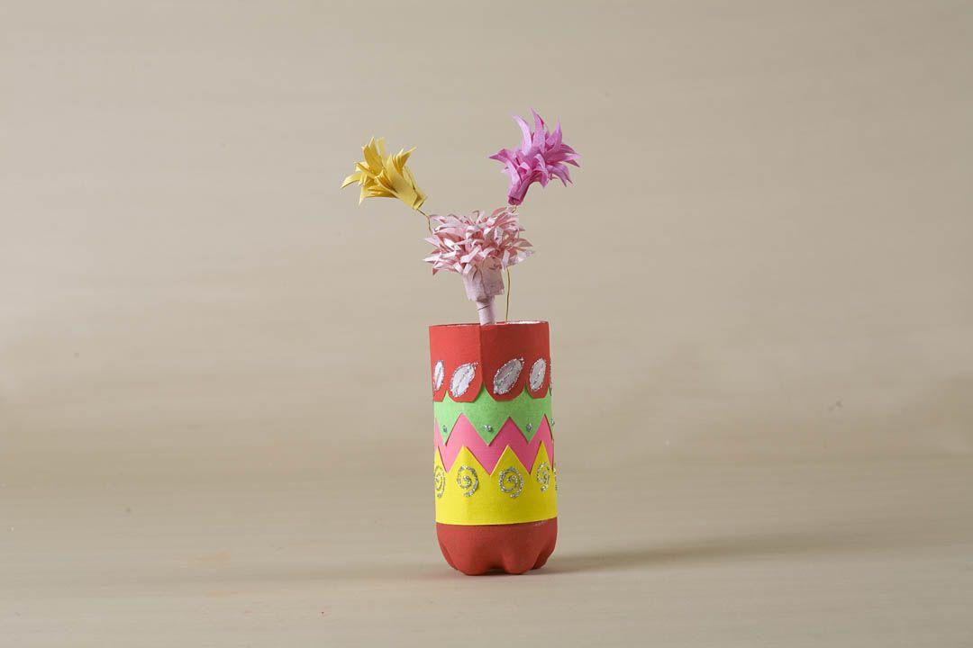 Transform a plastic bottle into a flower pot and get for Plastic bottle decoration images