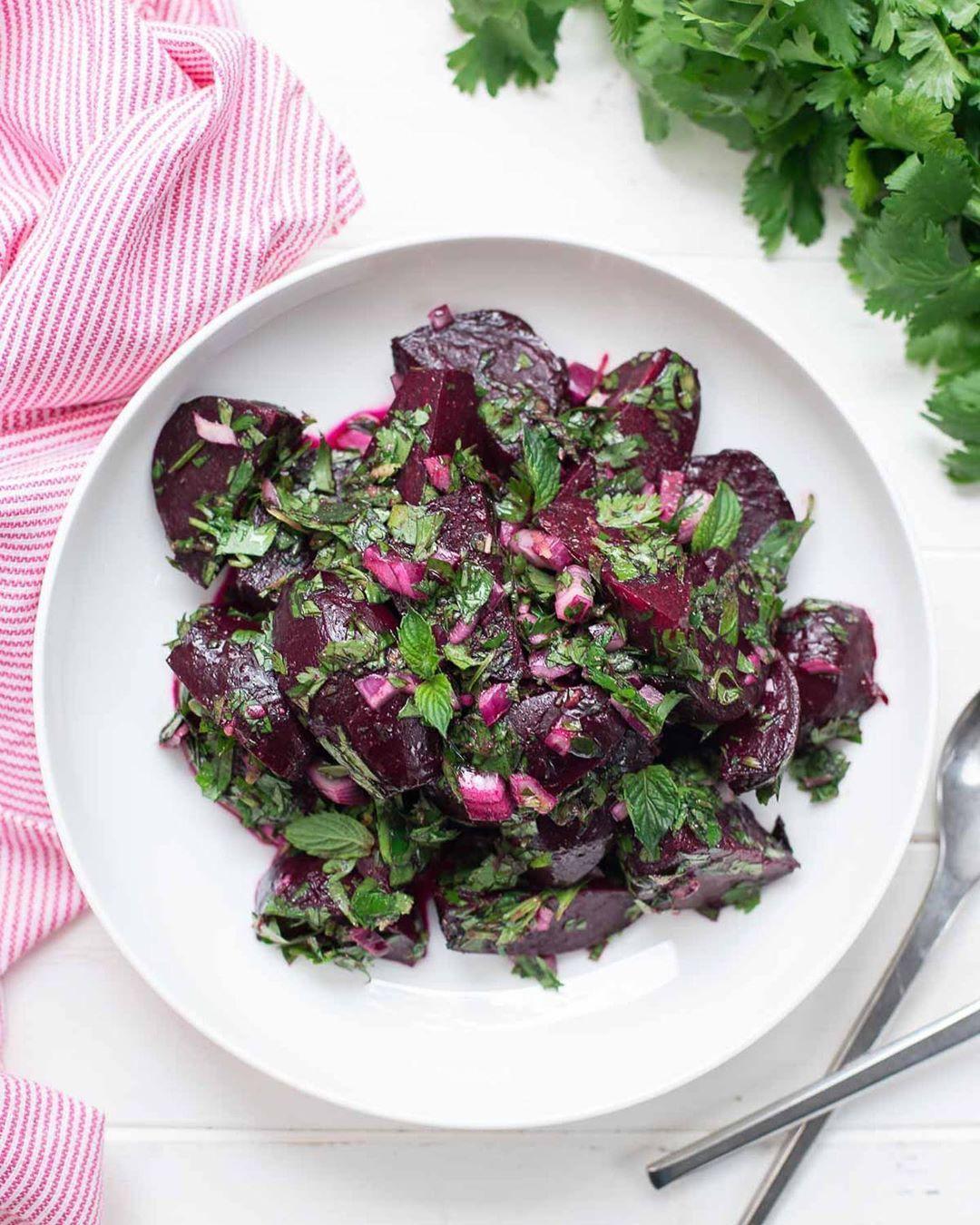 Dieser Rote Bete Salat schmeckt jedem. Ich habe es bei Freunden ausprobiert. Das liegt an den frischen Kräutern. Und die Rote Bete war morgens noch auf dem Acker. Frischer geht nicht. Lasst es Euch schmecken!!! 🤗 . . . . ✨Das Rezept findet ihr im Link in meiner Bio und auf  . . . . .