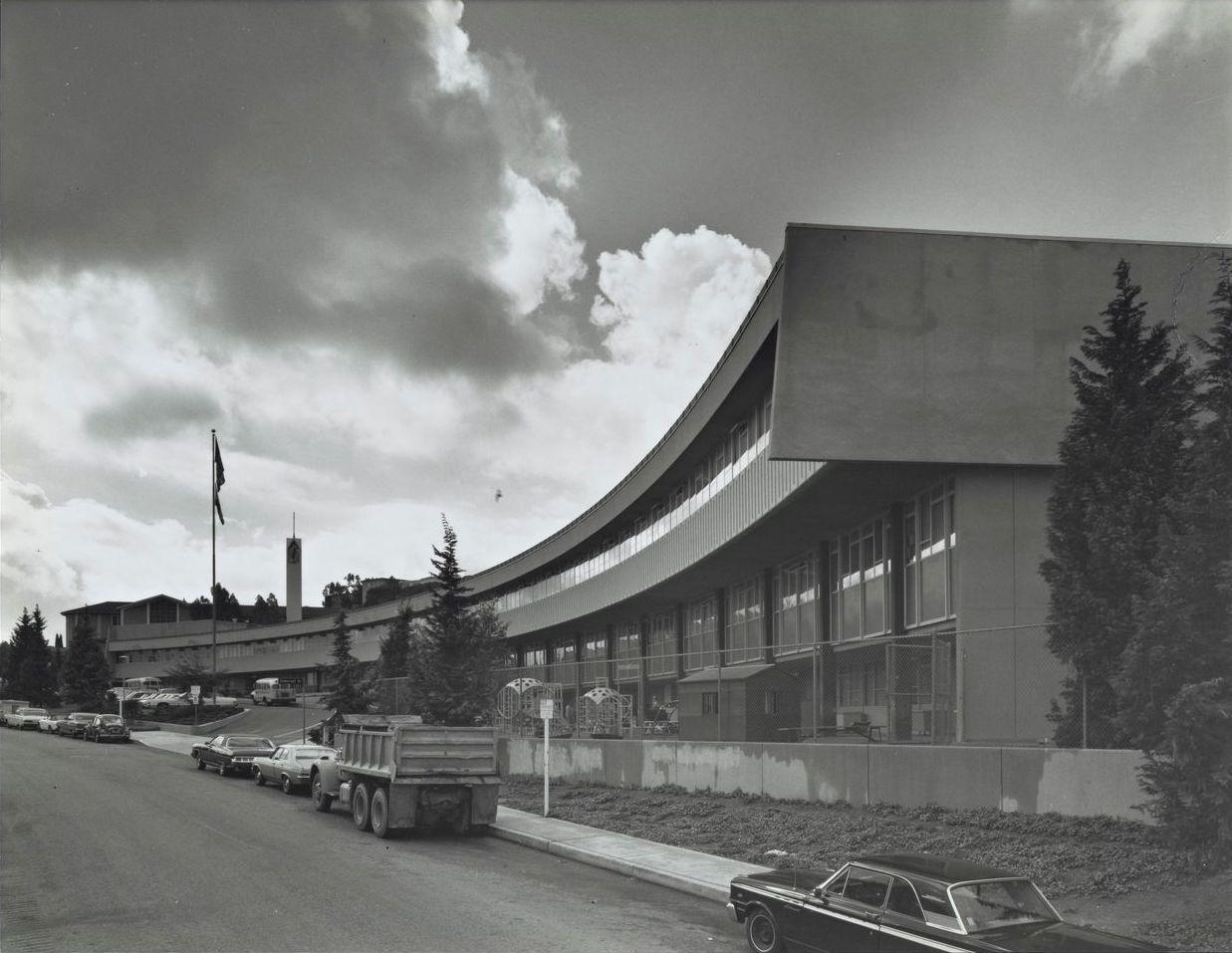 Marlton School (early 1970s?) in Los Angeles, USA, by Sidney Eisenshtat. Photo by Julius Shulman. #Sidney #USA, #School