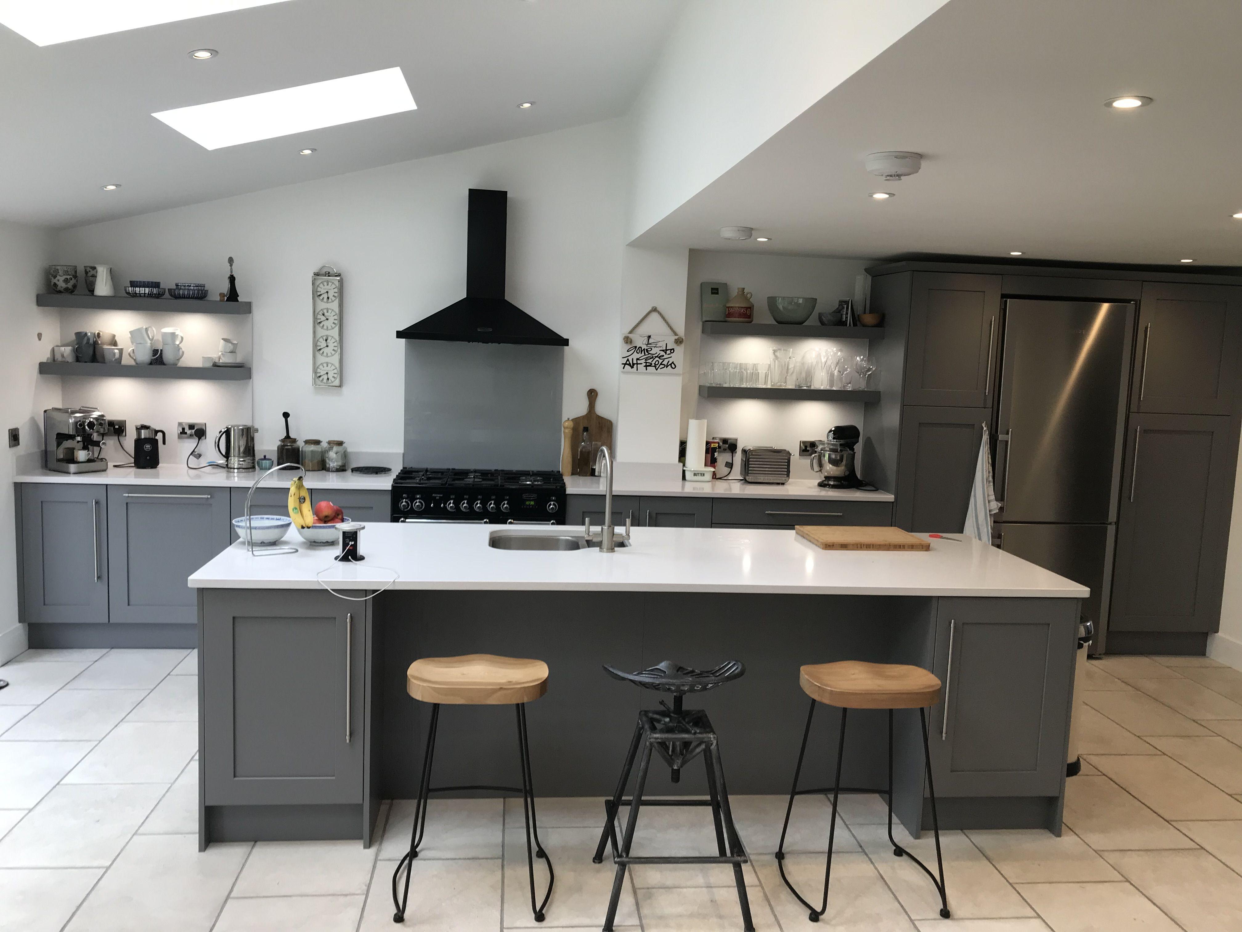 Best Dusk Grey Painted Shaker Kitchen In 2020 Bespoke 400 x 300