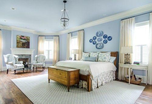 Dieses traditionelle Schlafzimmer milchig blaue Decke fließt bis auf