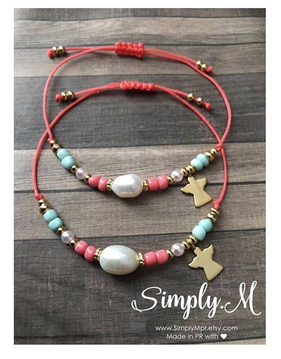 2e52fc65beb6 Hermosas pulseras en hilo ajustable en tonos pastel con perla ...