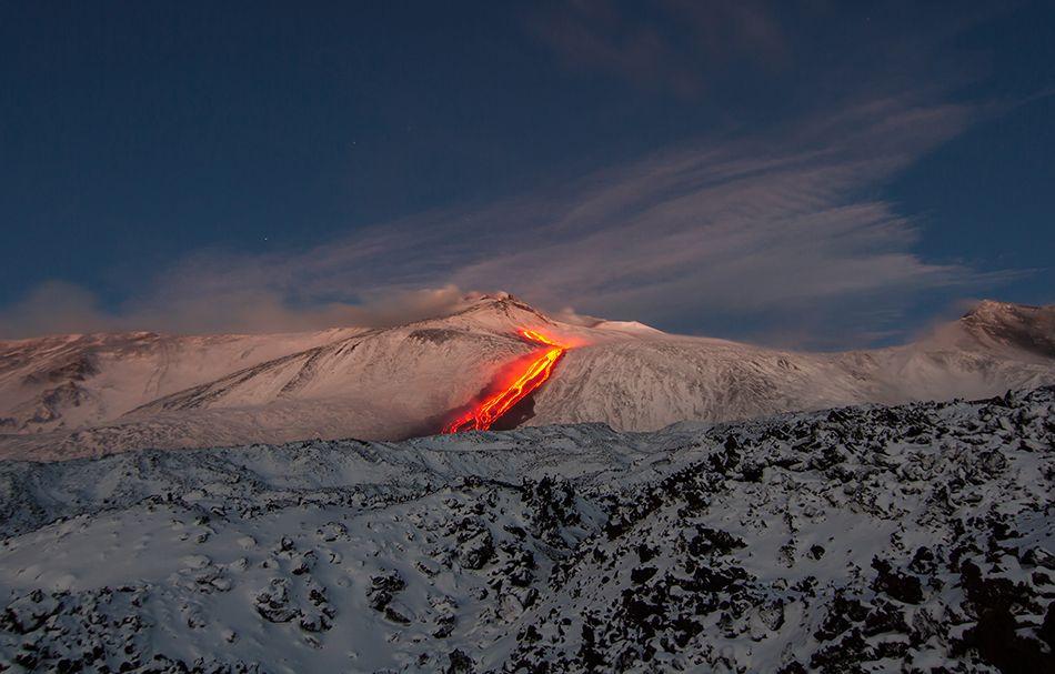 Etna, cinque anni esplosivi fotografie di Marco Restivo - La colata di lava in discesa verso la Valle del Bove durante l'alba del 26 gennaio 2014 si estende per una lunghezza di circa 4 chilometri, ad est di Monte Centenari.
